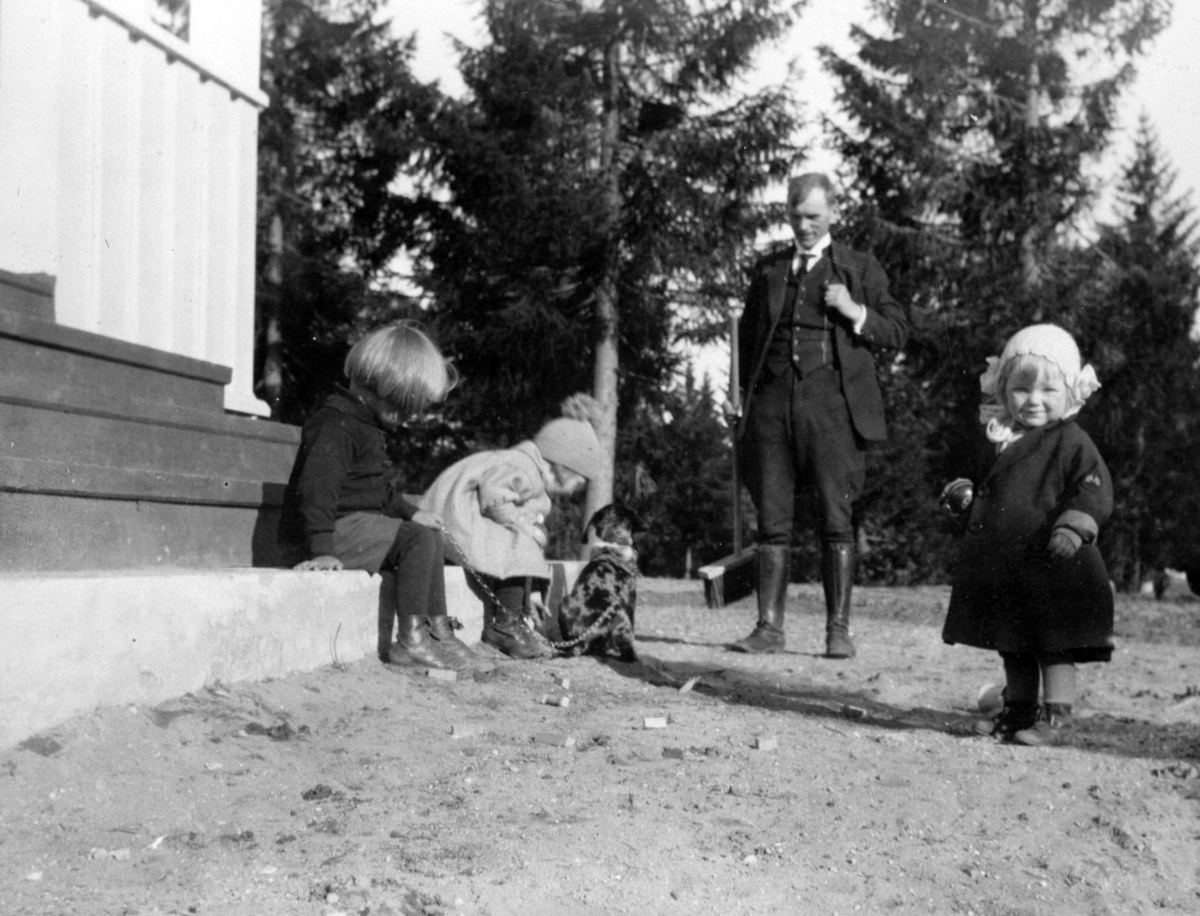 Barn og hund ved trapp. Tilskuer kapt. Einar Hovind