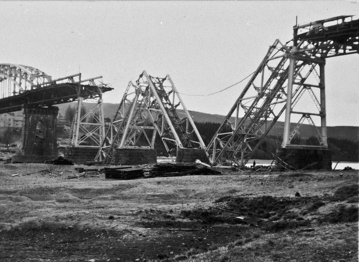 Jernbanebrua på Minnesund etter at den ble sprengt under invasjonen i april 1940.