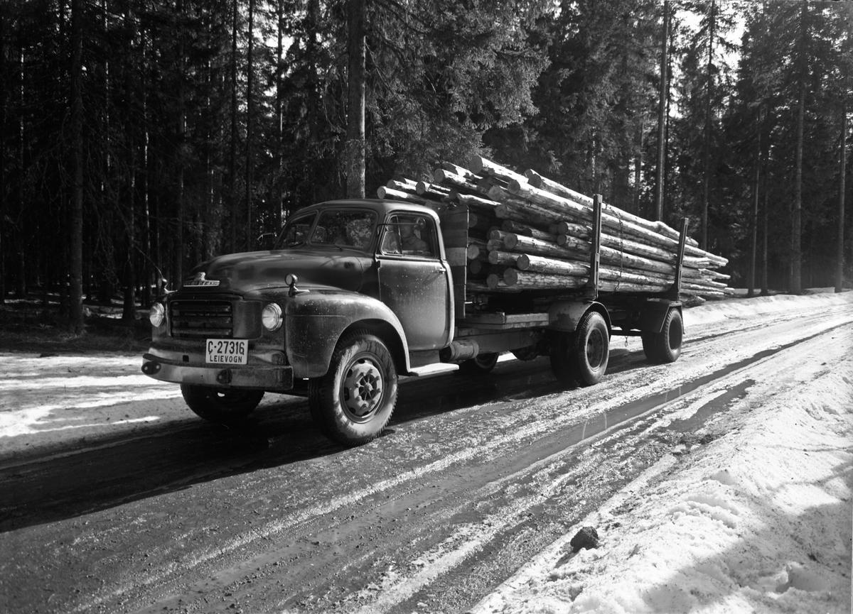 Tømmerbil av merke Bedford (A-serie 1954-56, eventuelt den nær identiske D-serie 1957-58).