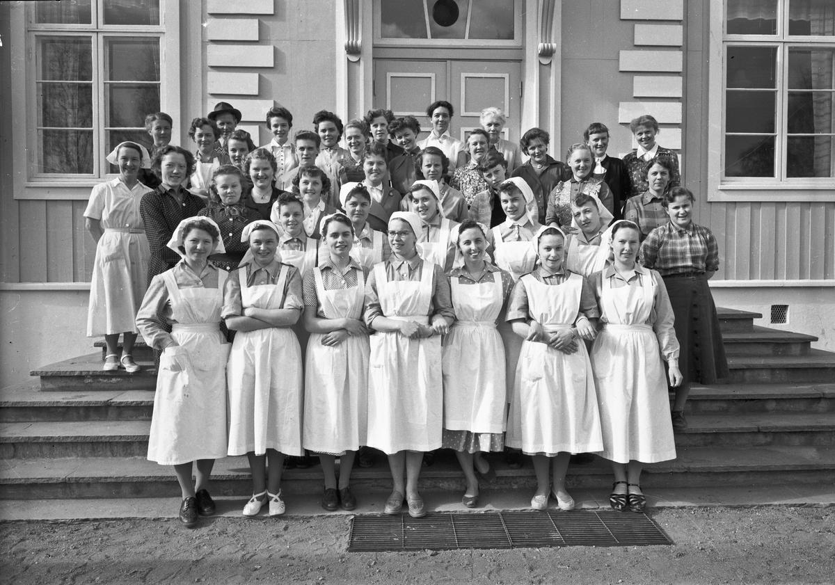 Gruppe kvinner - noen i hvite uniformer.