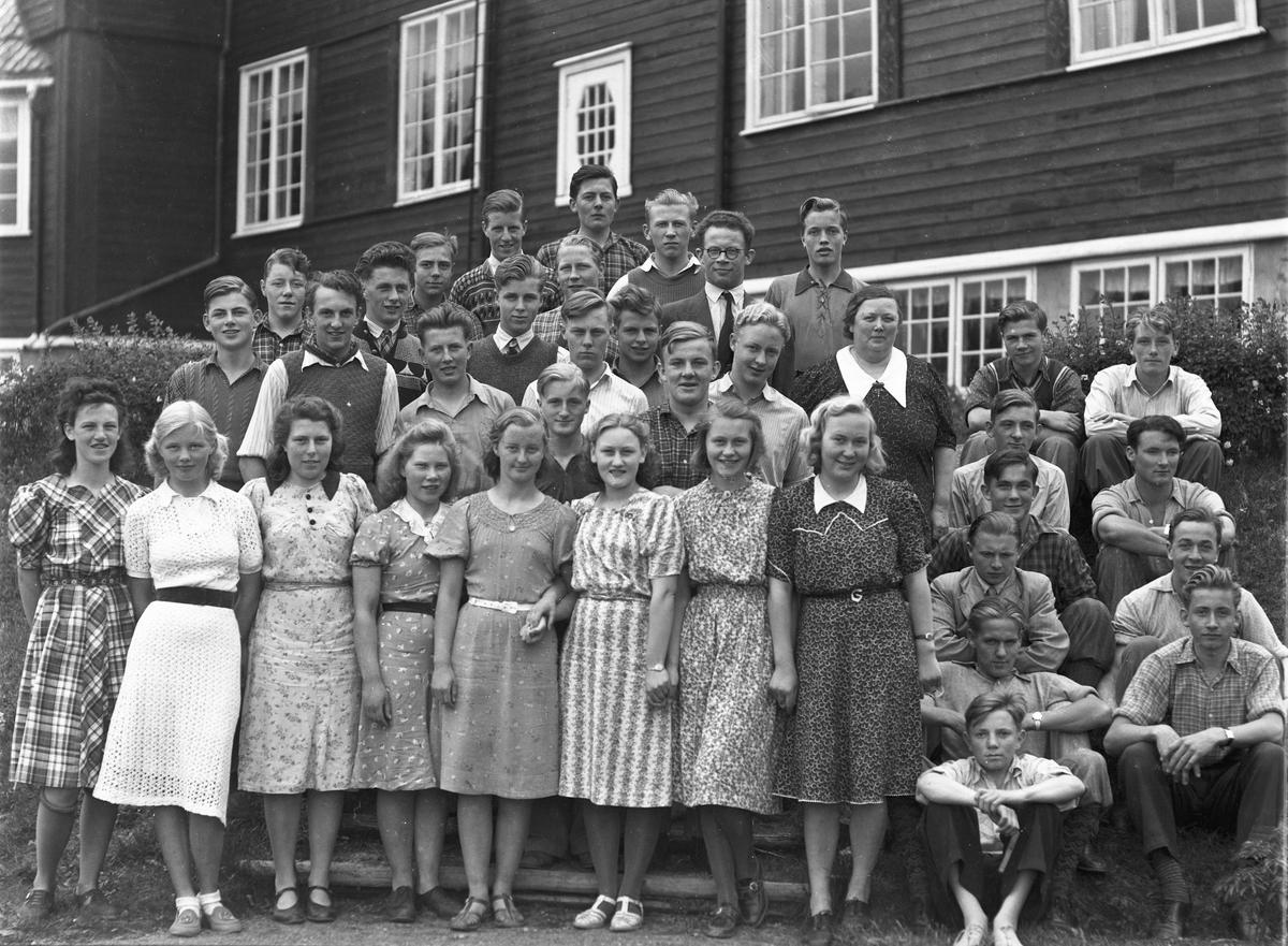 Elever og lærer utenfor Eidsvoll Landsgymnas.
