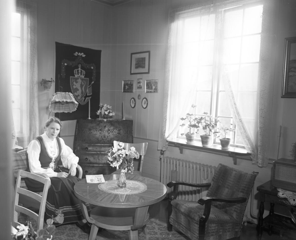 Kvinne i stue. H. V. 1950. Tidsskriftet «UTSYN» på bordet. Misjonsblad?