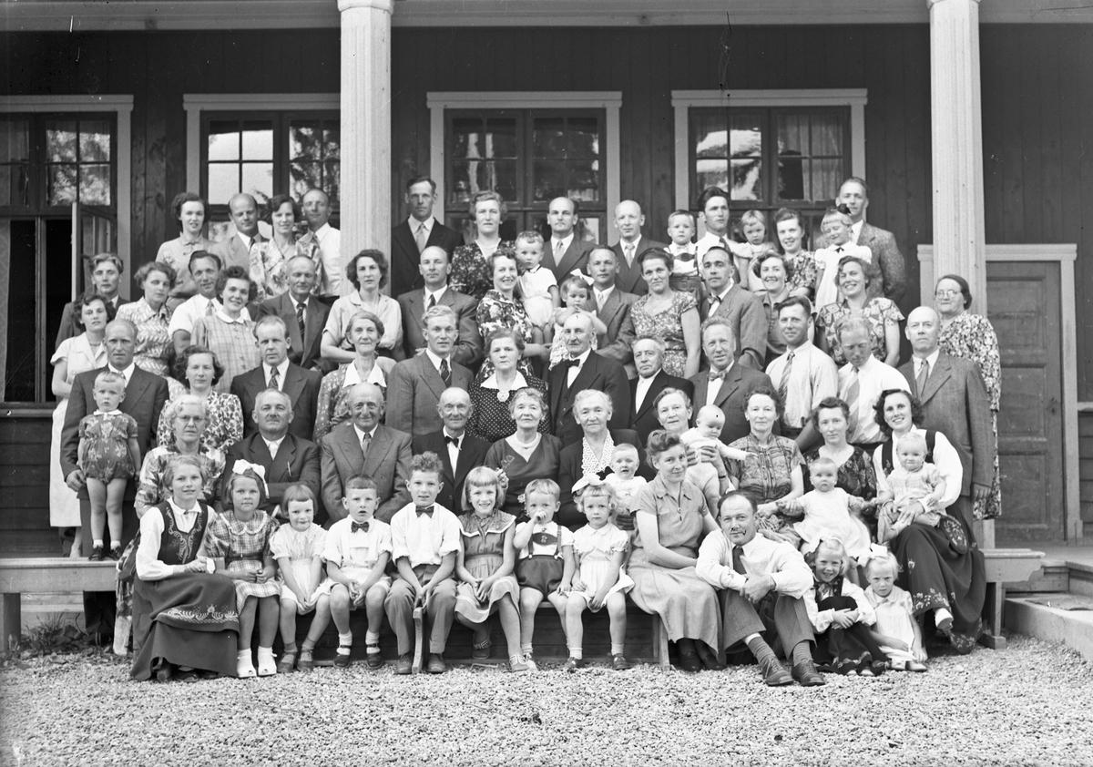 Familietreff på Fenstad. 12.11.2013: Bildet må være tatt ved Bøndernes Hus ved Svanfossen. Skrevet av: Dag H. Liberg