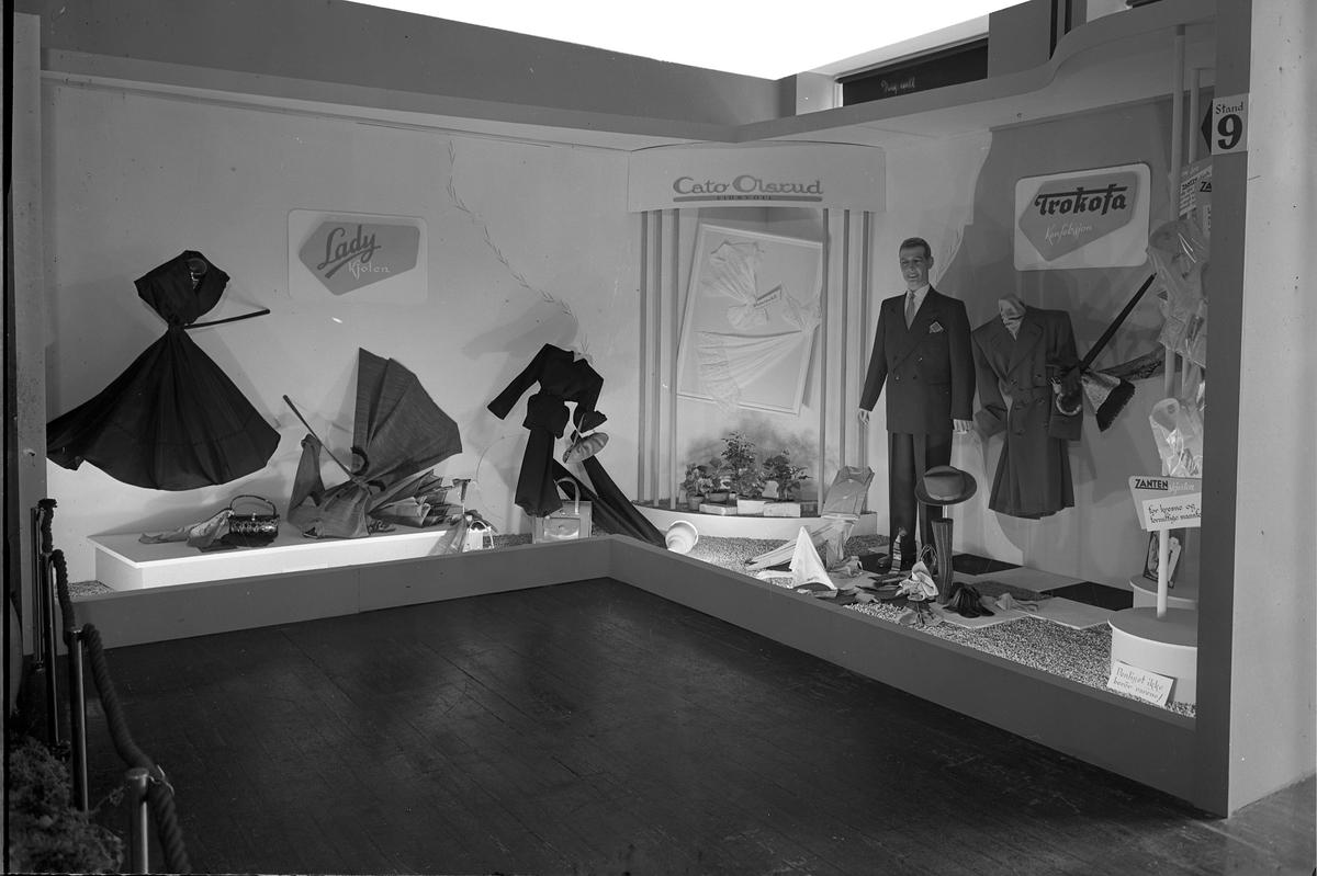 Fra Eidsvoll Bygdeutstilling i 1955. Stand for Cato Olsrud – klær.
