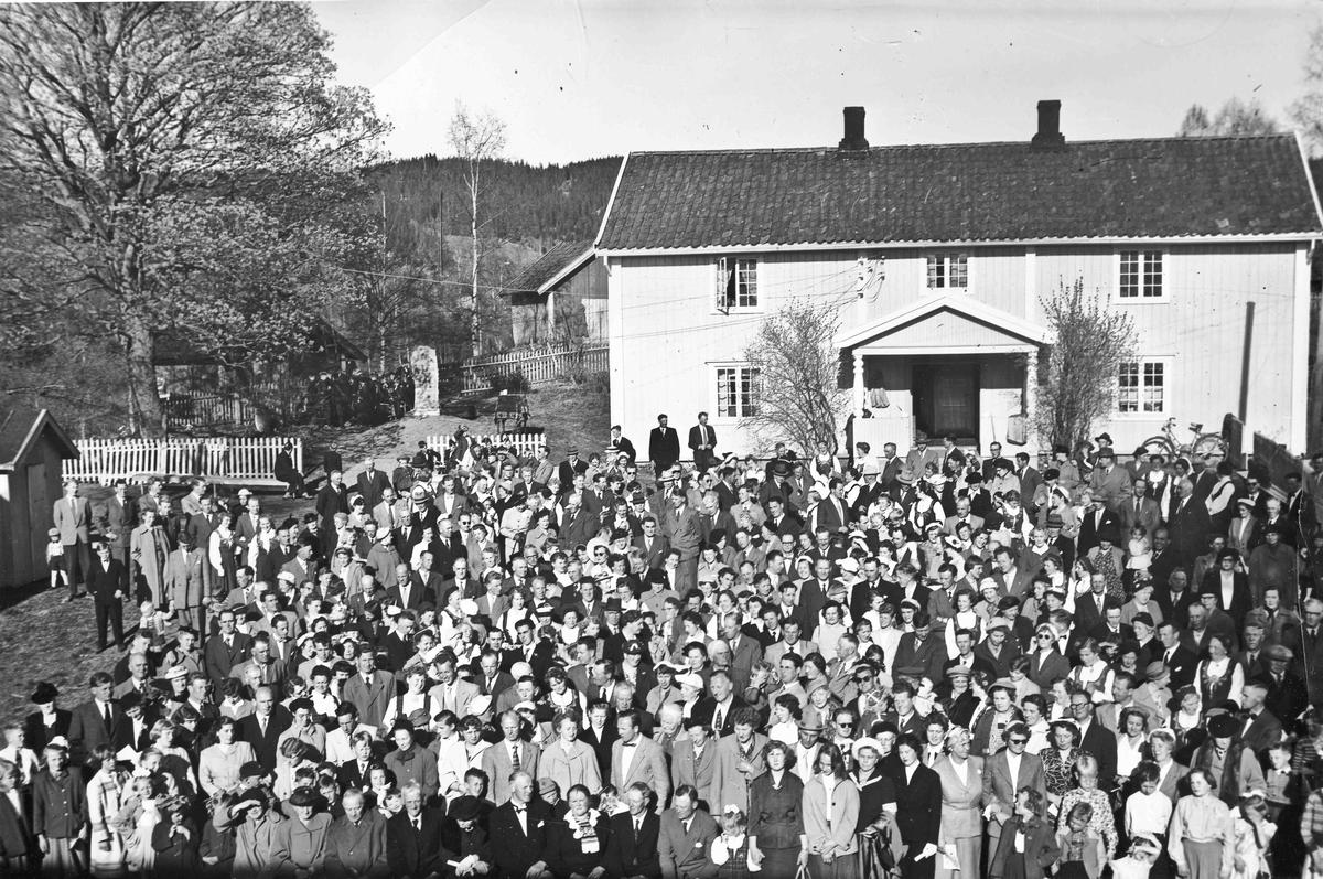 Røkholt. Slektsstevne. 1955. Jens, Henrika og Jens E Røkholt i forgrunnen.