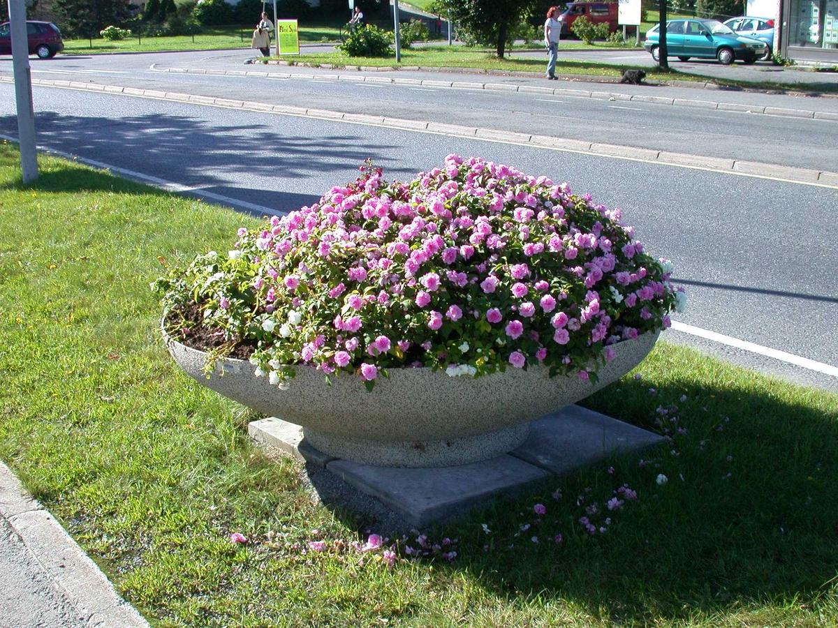 Stor blomsterurne i betong langs Skårersletta Fotovinkel: SV