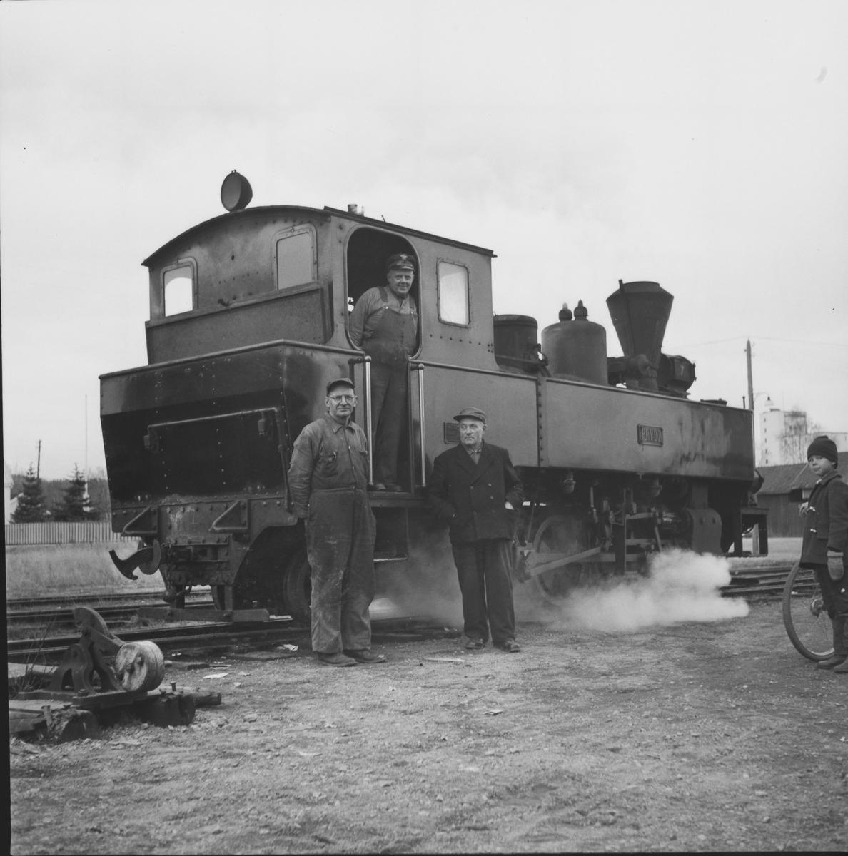 Lok 7 Prydz skal kjøre fra Bjørkelangen for siste gang, og ha med seg lok 2 Urskog og tre personvogner som skal transporteres til Jernbanemuseet på Hamar.De tre avbildede personer tilbragte nesten hele sitt yrkesaktive liv i tjeneste på Urskog-Hølandsbanen.