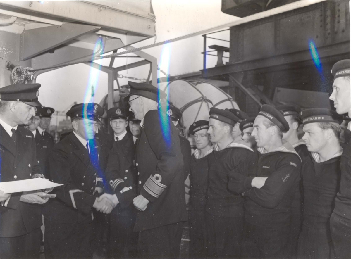 """Jageren """"Stord"""" blir overtatt av Den Norske Marine, 26.august 1943. Kontreadm. E. Corneliussen hilser på  besetningen."""