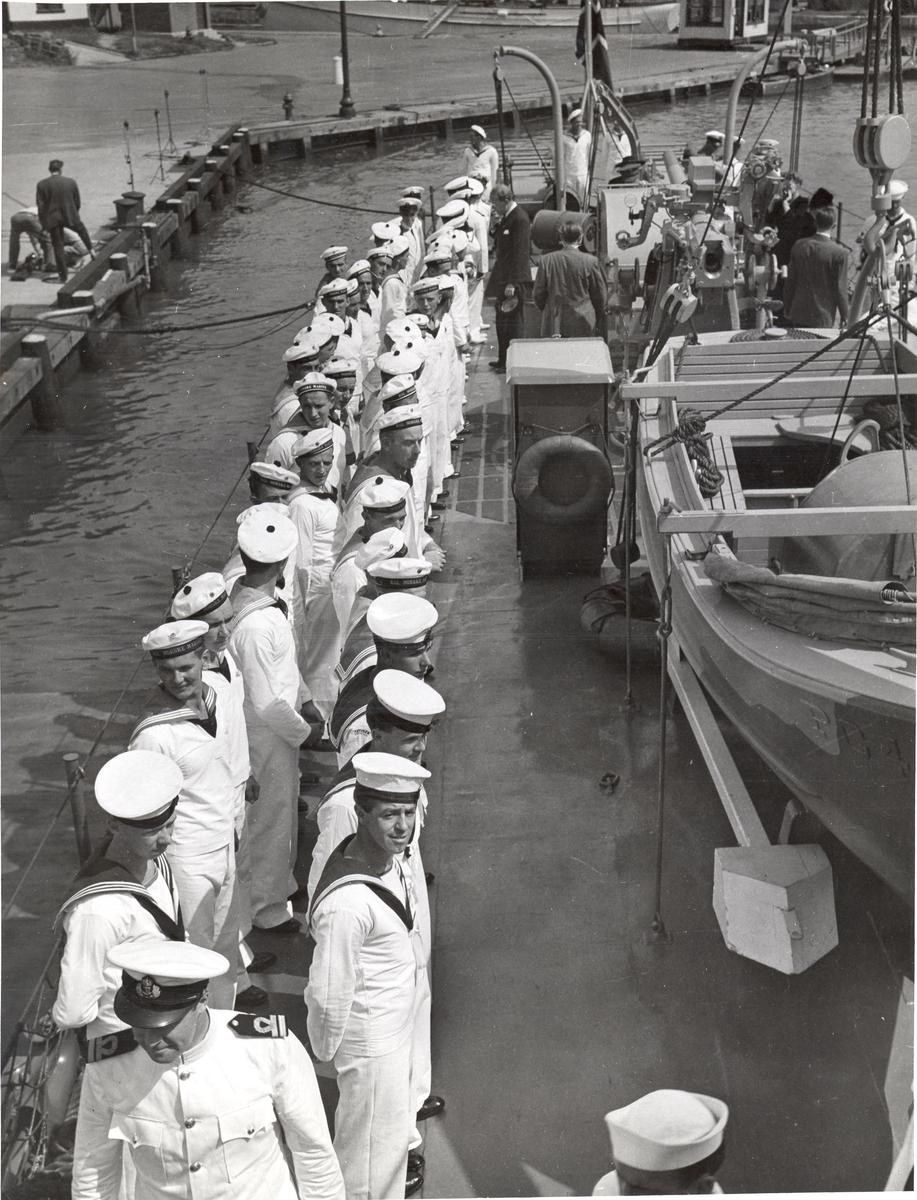Undervannsbåtjageren King Haakon VII, oppstilling ved overleveringen.