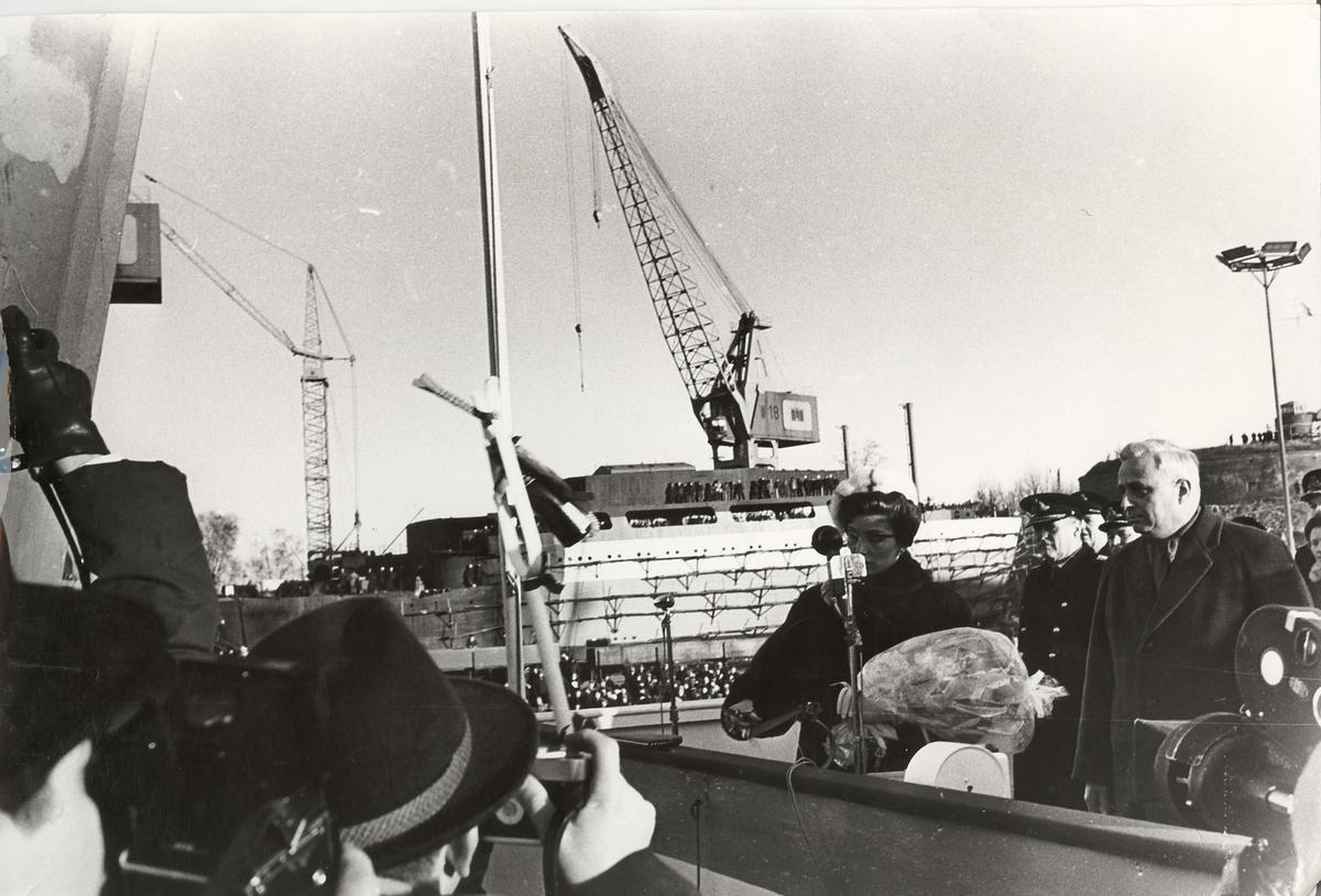 Fregatten KNM Oslo døpes av prinsesse Astrid 17/1-1964
