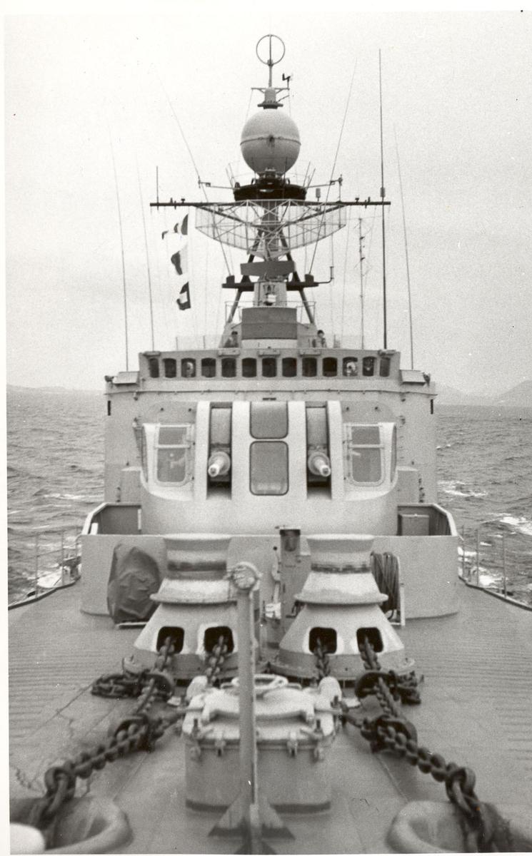 "Tjueen foto fra fregatten KNM ""Oslo"" under tjeneste vinteren 1967 i Nord-Norge. Livet om bord. fra fordekket"