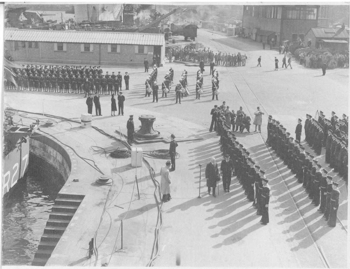 """Flagget heises på KNM """"Stavanger"""" og KNM """"Trondheim"""" ved overtakelsen i Chatham 10/10 1946. Besetningene oppstilt"""