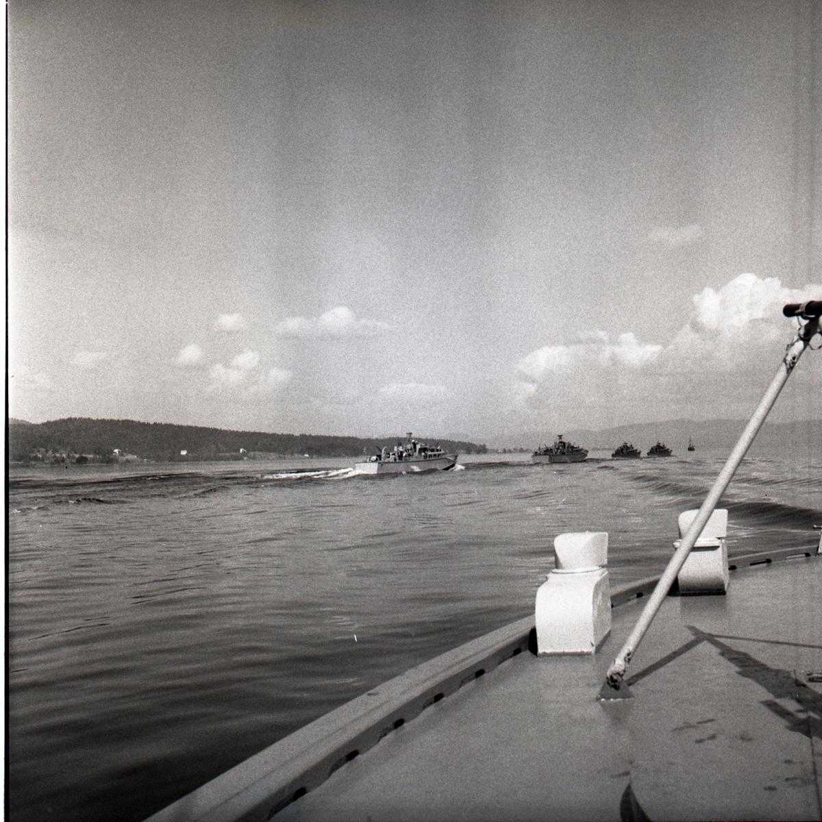 Samlefoto: Elco-klasse MTB-er gjennom Bandak-kanalen i juli 1953. MTB-er