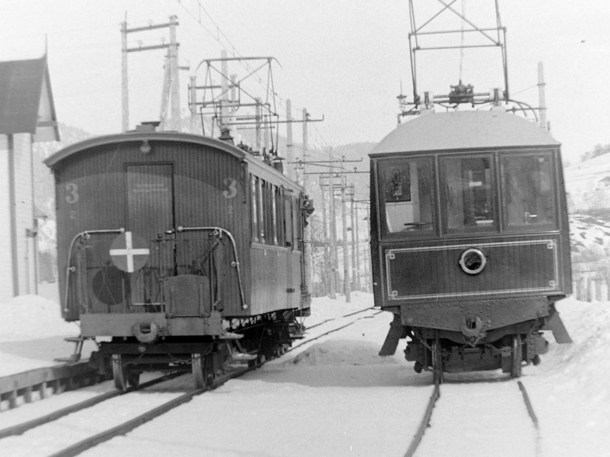 Bårdshaug stasjon med salongvogn og personvogn. Sett mot nord med Bårdshaug herregård til venstre.