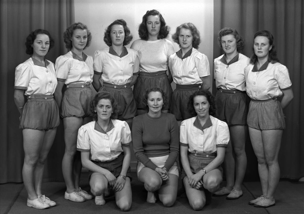 HAM-KAM, HAMARKAMERATENES, HÅNDBALLGRUPPE. KRETSMESTRE 1947, DAMELAG. FORAN FRA VENSTRE: NORA SIGSTAD, ANNA JACOBSEN, INGER STENSRUD. BAK F. V. KAREN WINQIUST, RUTH OLSEN, GERD TANGEN, LILLIAN GRØNSTAD, ASTA GULBRANDSEN, MARGRETHE FINSTAD, ELSE BROVOLD,