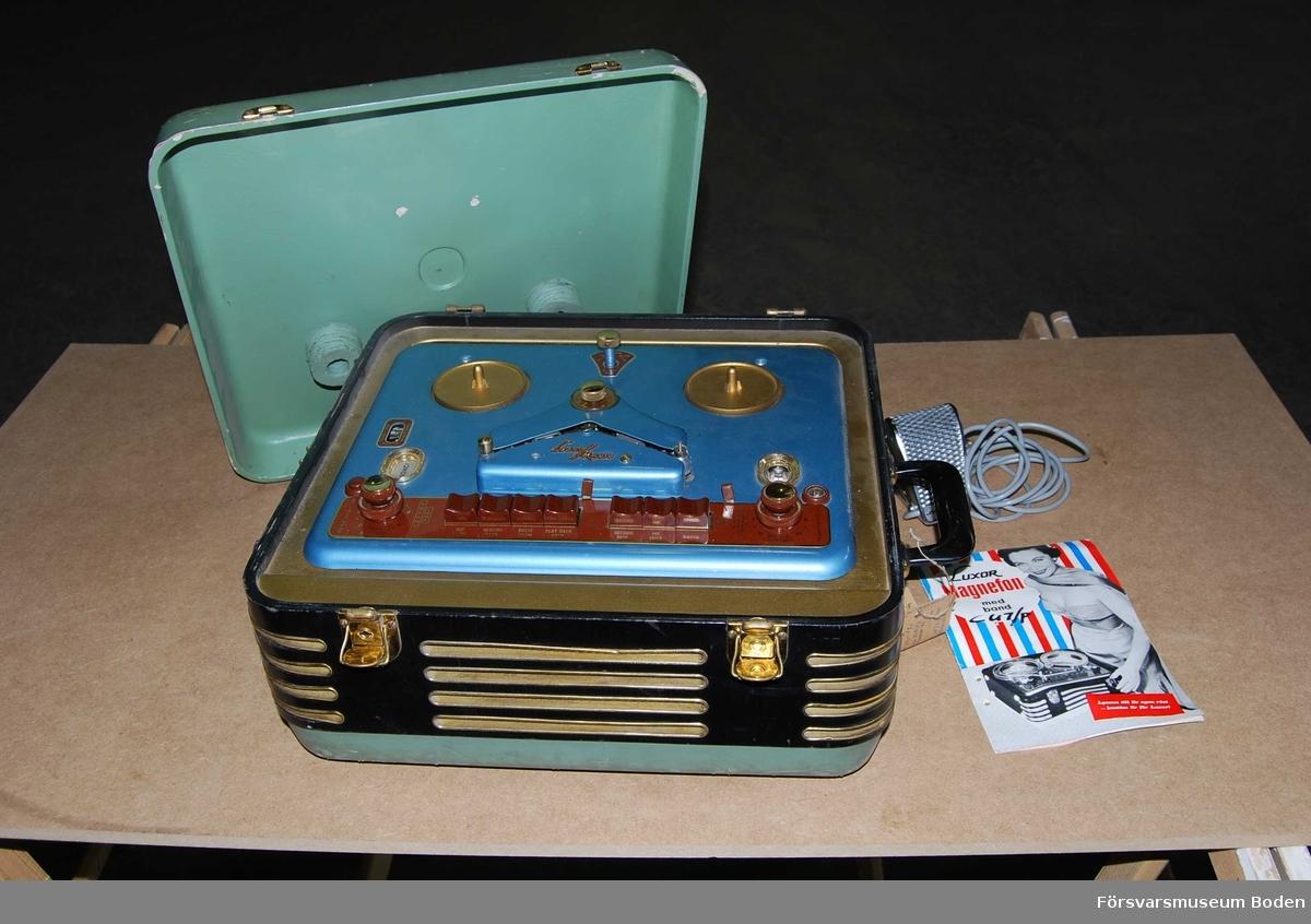 Från 1956-57. Komplett med Sennheiser mikrofon i fack på baksidan och instruktionsbok.