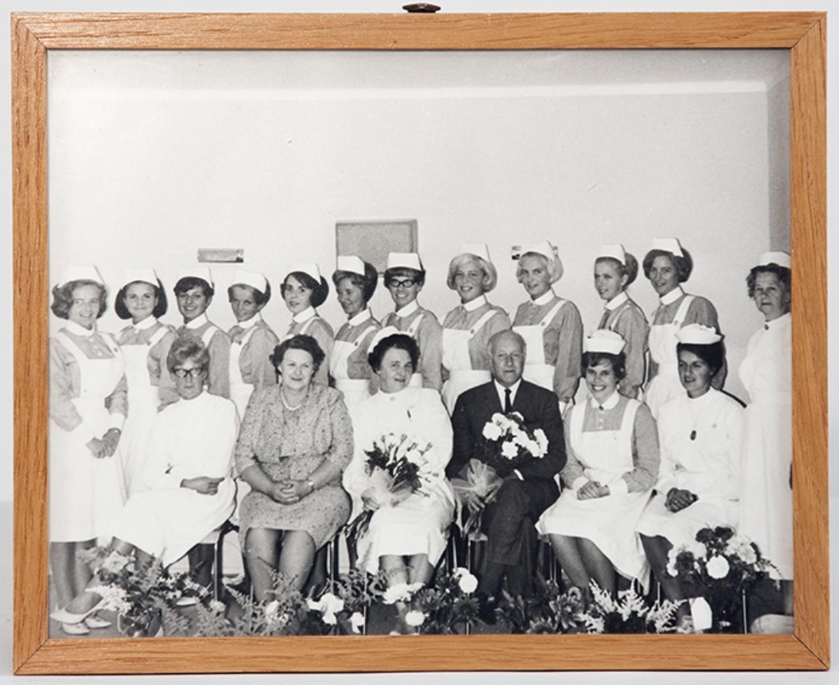 Gruppebilde. Eksamensfest for siste elevkull (1967) ved Drøbak Syke- og fødestue.