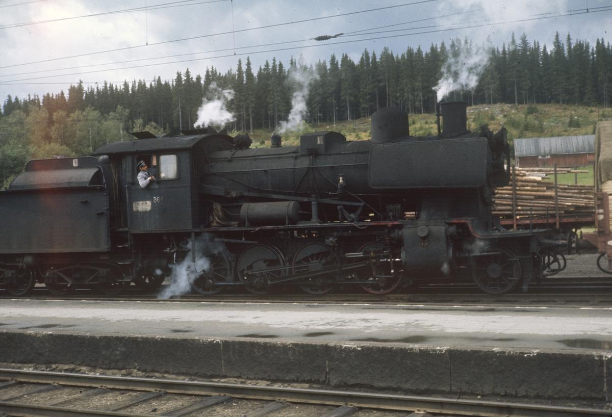 Damplok type 24b nr. 264 på Eina stasjon.