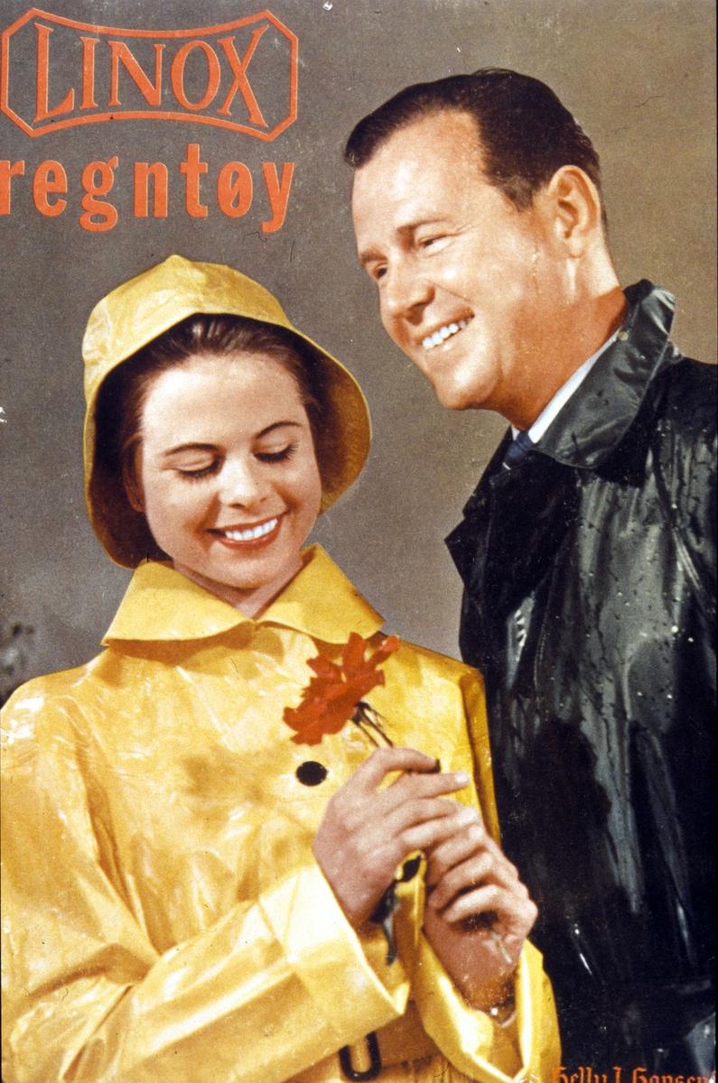 Reklame, brystbilde av mann og kvinne i regnfrakker, med rød blomst